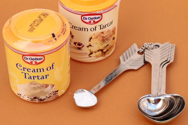 El cremor tártaro es un polvo blanco, inodoro. Tiene muchos usos en repostería.
