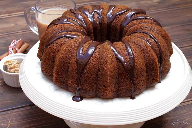 Un delicioso Bundt Cake de calabaza y nueces, perfecto para acompañar a una taza de te con leche.