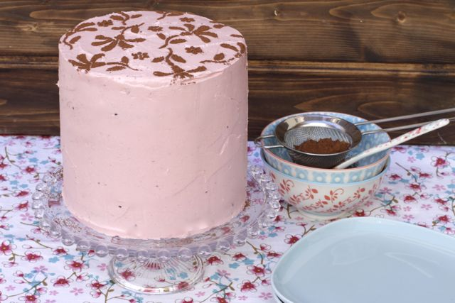 Una tarta altísima y una receta básica que os sacará de muchos apuros