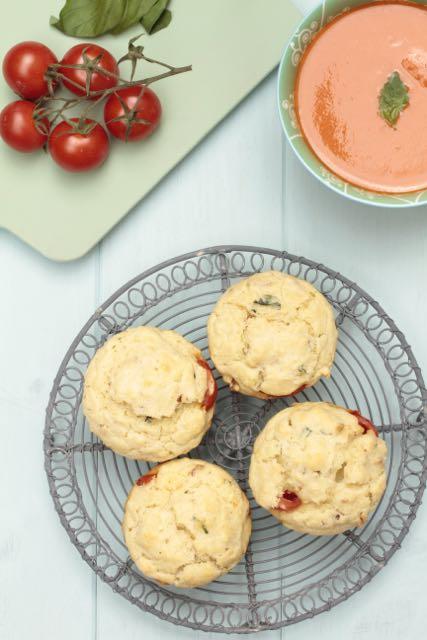 Unos muffins muy italianos con tomates, mozzarella y albahaca.