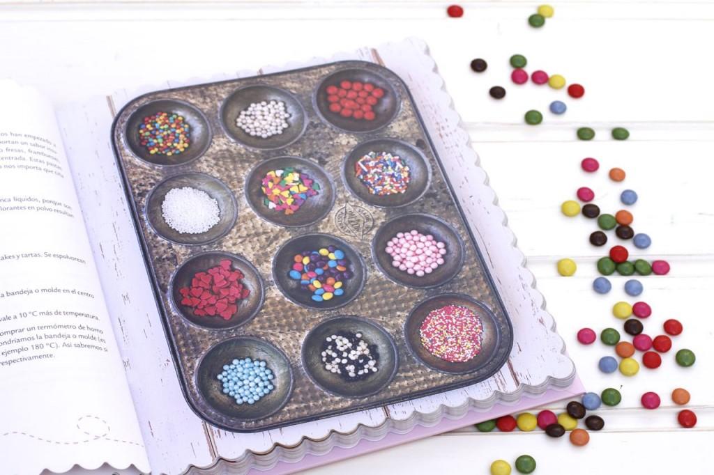 Con unas preciosas fotos ilustrando tanto las recetas como los utensilios e ingredientes.