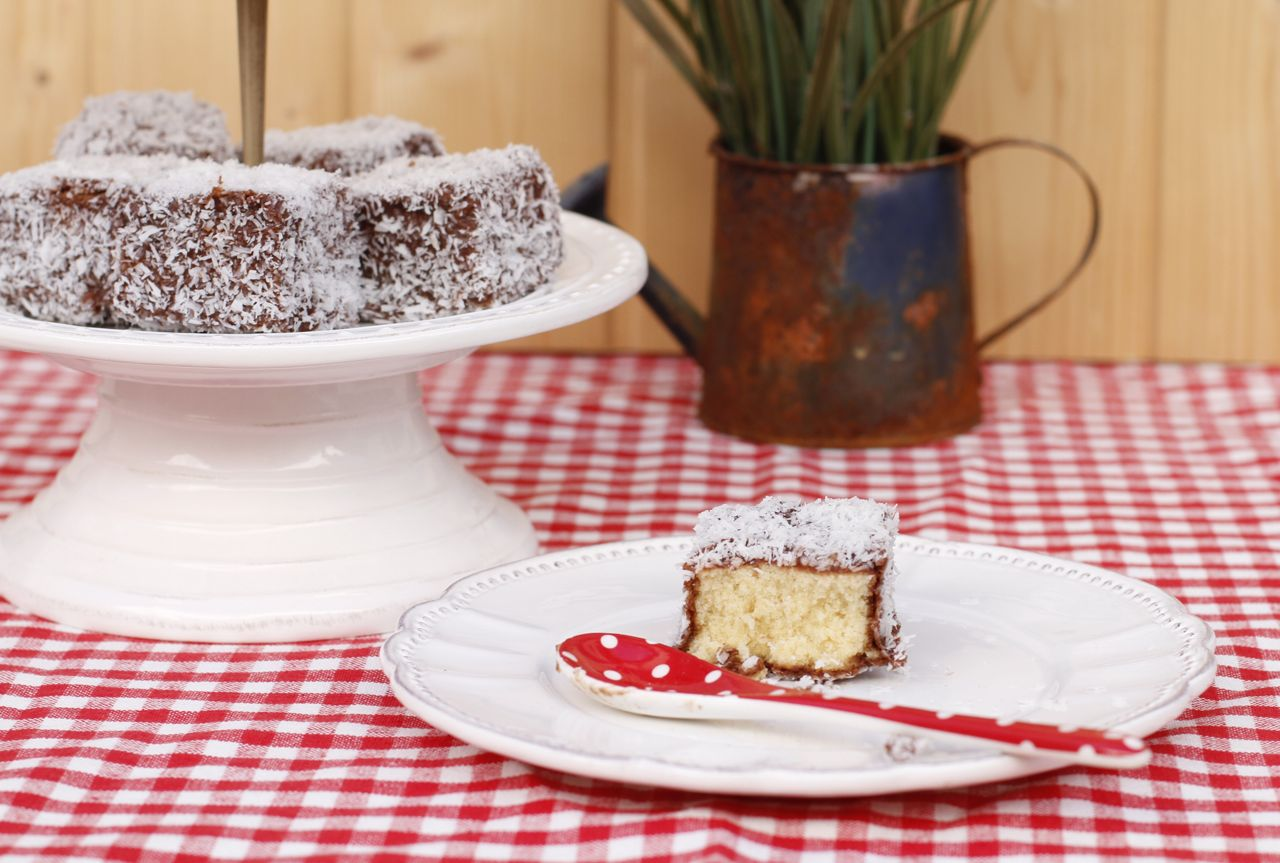 Un bocadito, o dos, con tres texturas diferentes y deliciosas. El bizcocho, el glaseado y el coco rallado.
